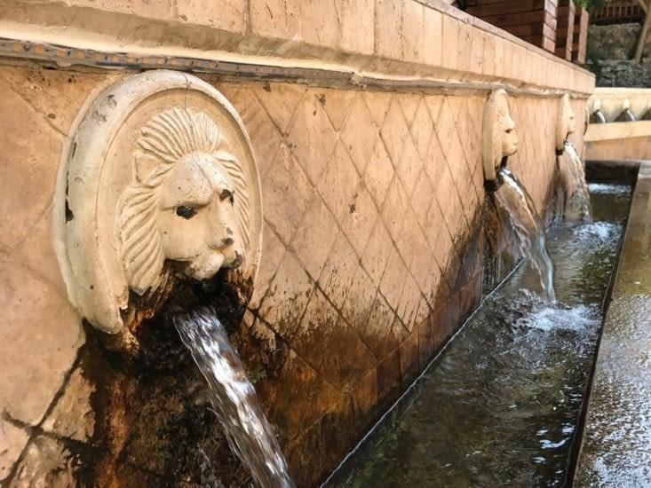 La fontaine (potable) aux 19 têtes de lion de Spili