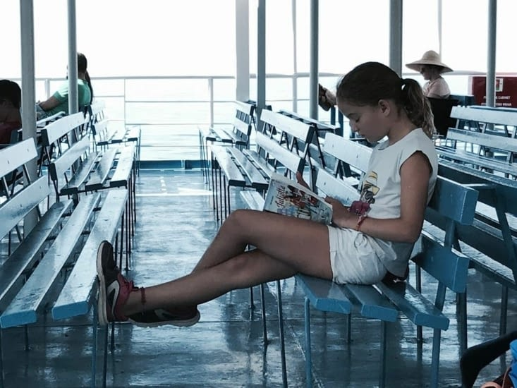 Noémie en pleine lecture en attendant l'arrivée à Agia Roumeli
