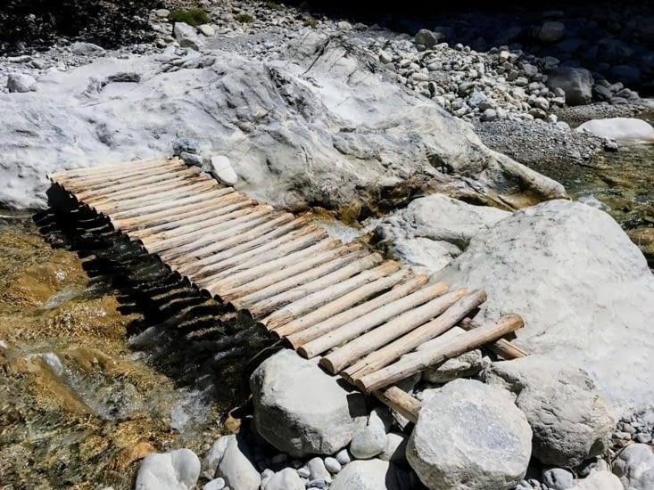 Quelques ponts sont aménagés de ci de là pour passer la rivière à gué