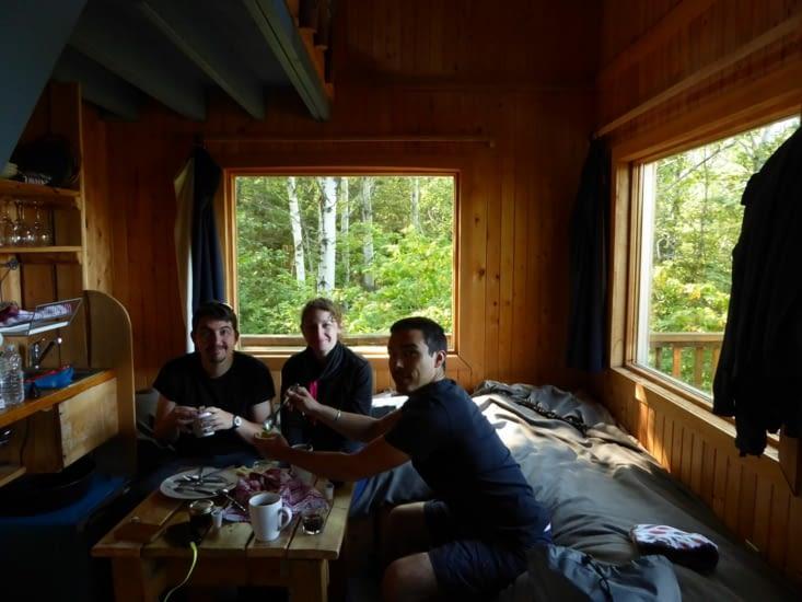 Petit déjeuner dans la cabane