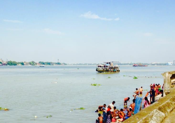 Le fleuve Hooghly, lieu d'offrandes
