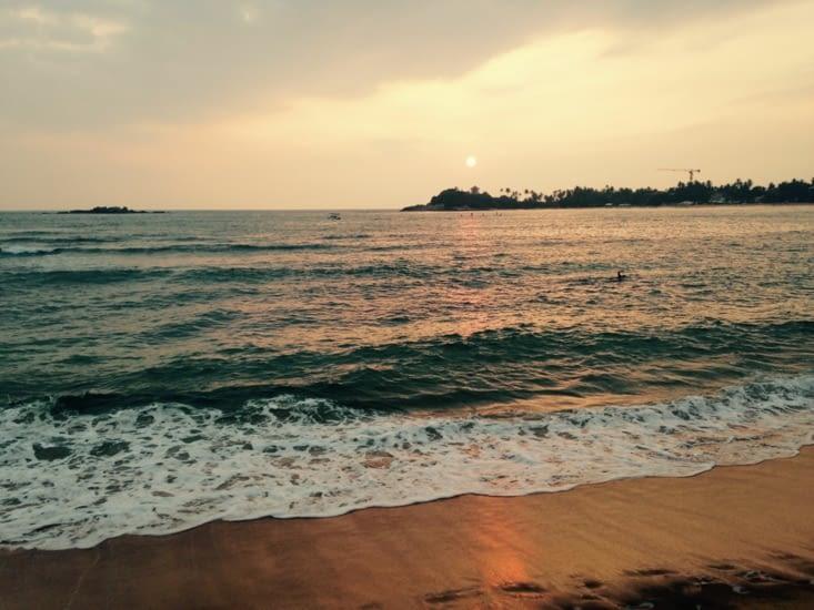 La plage sous le soleil couchant.