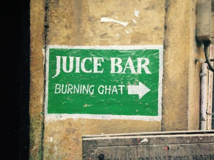 Varanasi : une ville où vie et mort coexistent... même dans les bars à jus de fruits