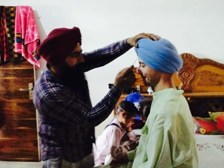 La mise en place du turban Sikh