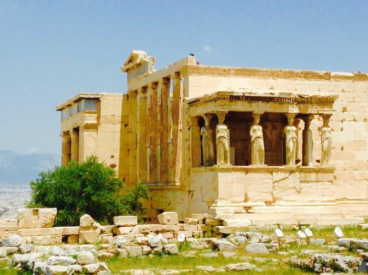 Athènes dominée par son Acropole, vestige de la naissance de notre démocratie