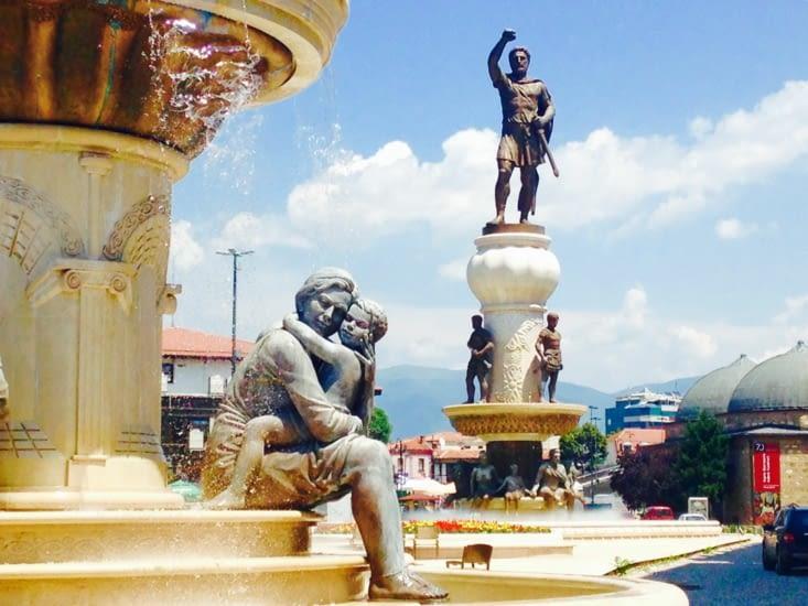 Un aperçu des innombrables statues de Skopje : Alexandre Le Grand enfant et ses parents.