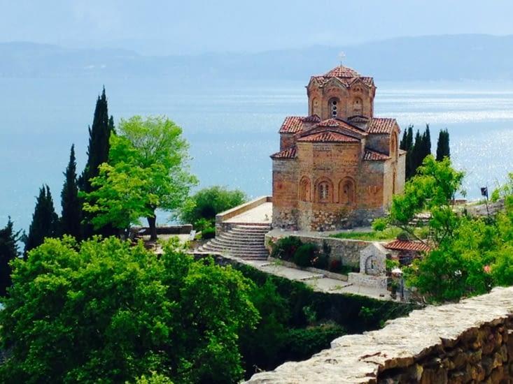 Vue plongeante sur le lac d'Ohrid depuis l'église Sveti Joan.