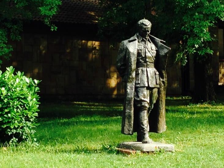 Camarade Tito devant son musée.