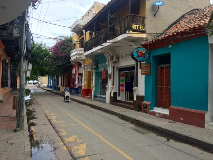 Rue colorée et fleurie de Santa Marta