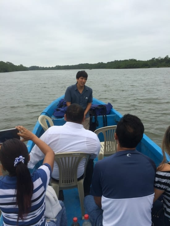 Jorge en pleine explication dans les mangroves