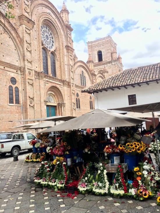 Plaza de las flores de Cuenca et la cathédrale