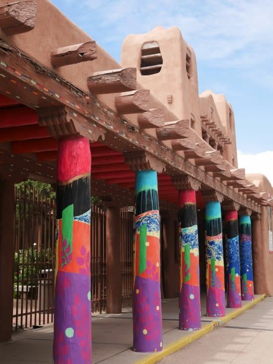 Des arcades décorées du centre-ville avec l'architecture couleur ocre signature
