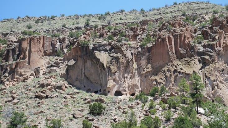 Vous pouvez apercevoir les anciennes habitations dans la roche ici