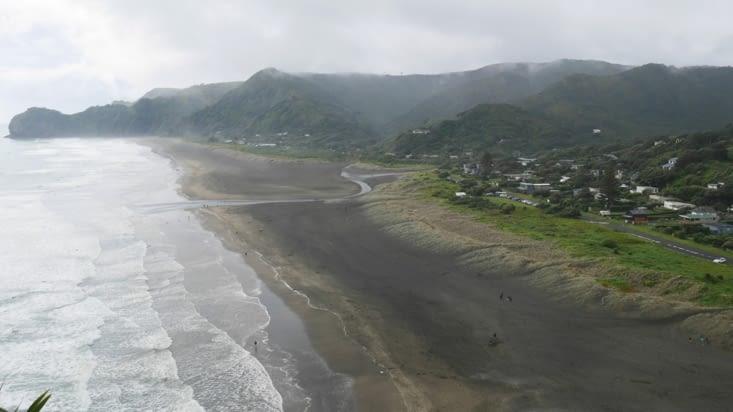 La plage de Piha toujours