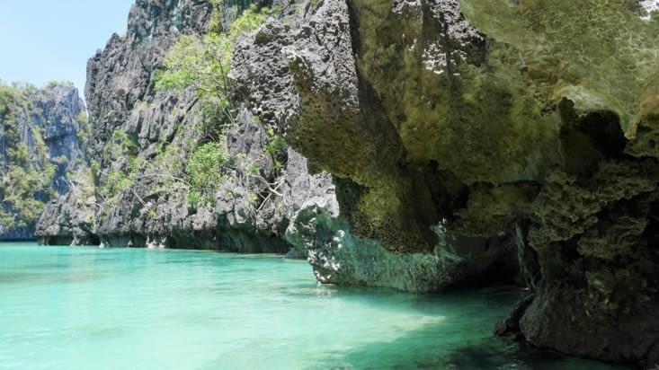 Des petites grottes à explorer en kayak