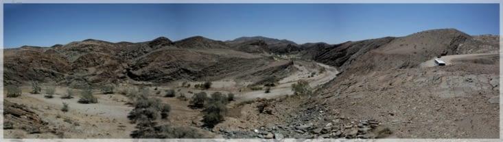 piste de poussière et rivière éphémère