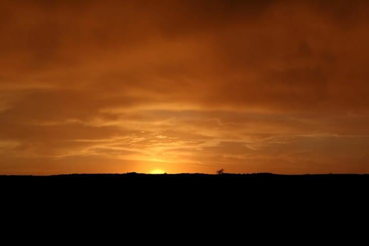 Face à la tempête qui se lève, prudemment le soleil s'en va dans un final de feu.
