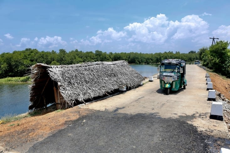 Cabane de pêcheurs et tuk-tuk