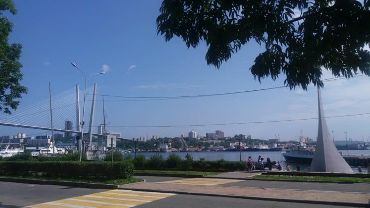 La mer est  partout, pas loin. Vladivostok est verte   et bleue. Les grognons diront grise aussi, mais je ne suis pas grognon.