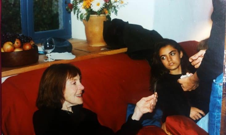 Larissa,  chez moi, sous l`oeil perplexe de  ma fille  Agathe (octobre 1997).Tamara avait posée cette  photo sur la table de nuit dans ma chambre a Vladivosok.