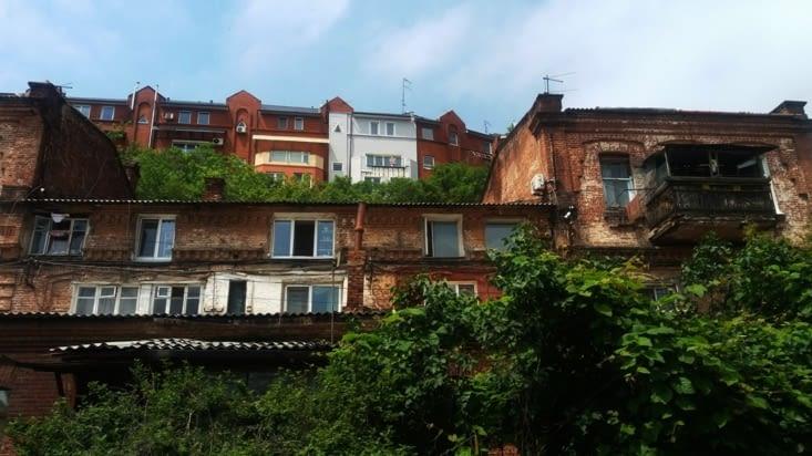 Nous sommes dans les vieux quartiers en plein centre de Vladivostok.