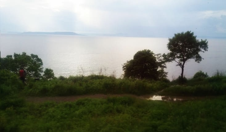 Que d`eau, que de vert, que d`air le long de la voie  ferree qui nous conduit de l`aeroport a Vladivostok!