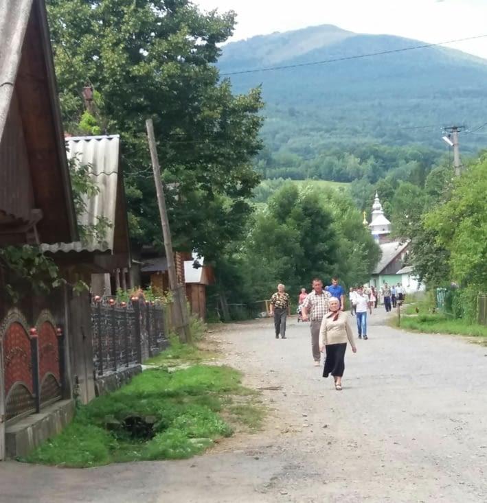 sortie de la messe, l'église est en haut du village.