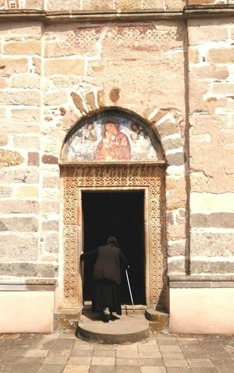 Entrons au Monastère