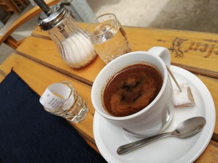 On y sert un excellent café turc