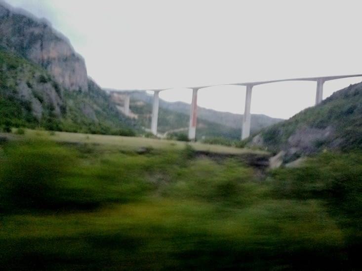 Le bus est passé sous le pont
