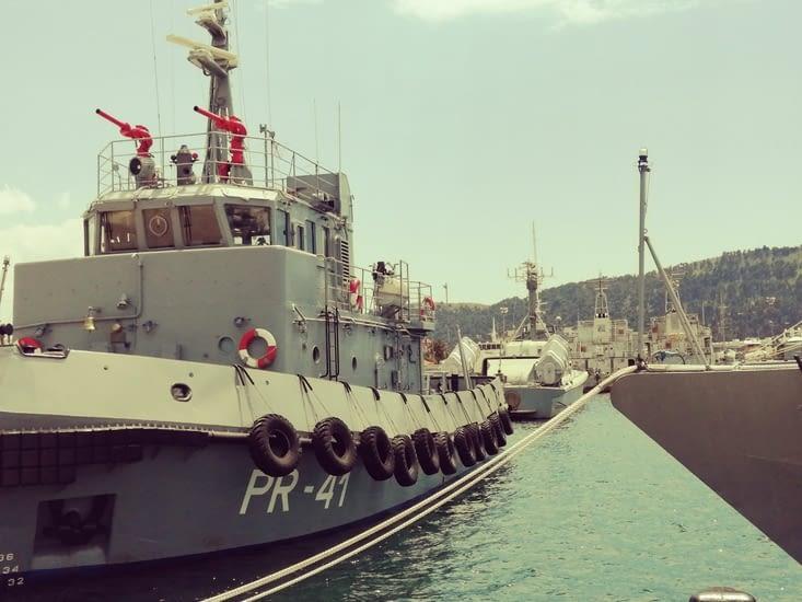 Sur le port il y a des bateaux