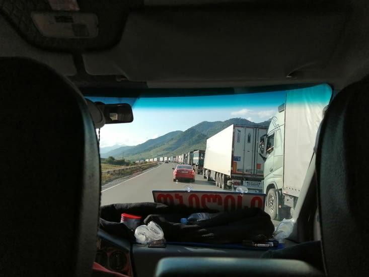 Des km de camions gares sur la route à 2 voies