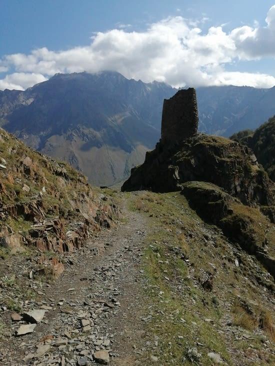 La tour, postée en sentinelle. sur la vallée