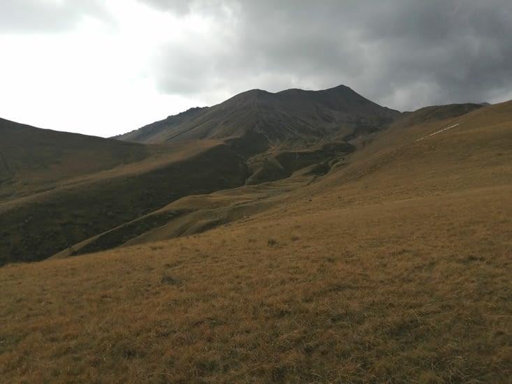 Apres l'eglise, les chemins de crêtes mènent au Kazbek