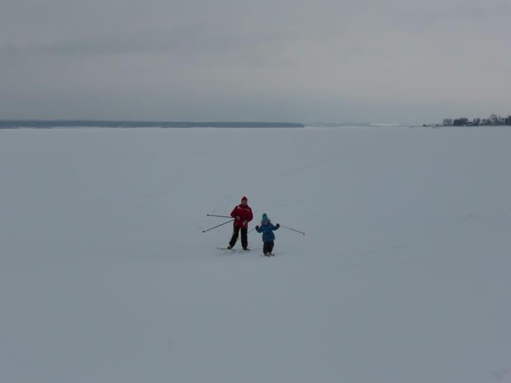 au bord de la rivière ( qui doir faire 2 ou 3km de large)