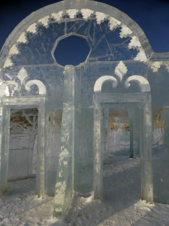 A Perm, sur la grand place,des palais de glace construits brique par brique pour l'hiver