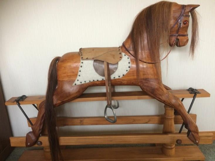 cheval à bascules dans le salon