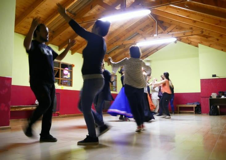 Après le miam, on s'est incrustés dans un cours de danse folklorique