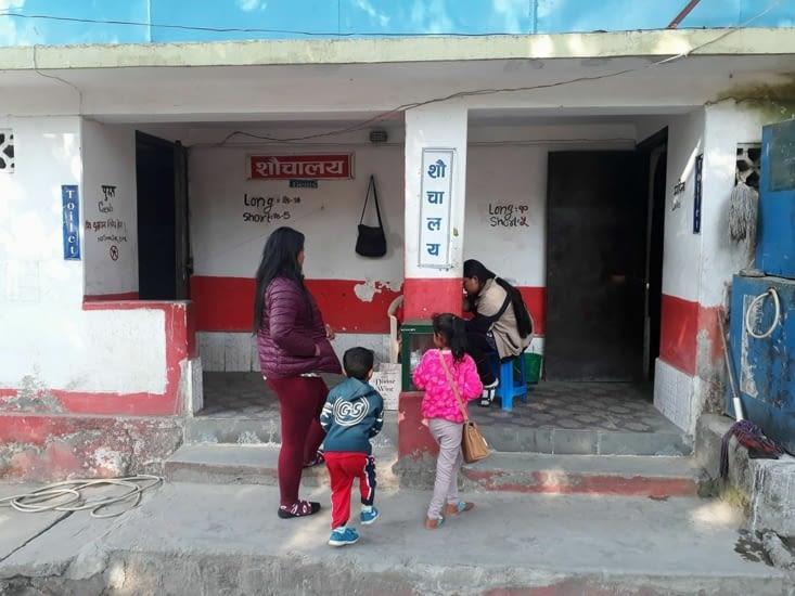 Au Nepal, on paye les toilettes au poids ;)