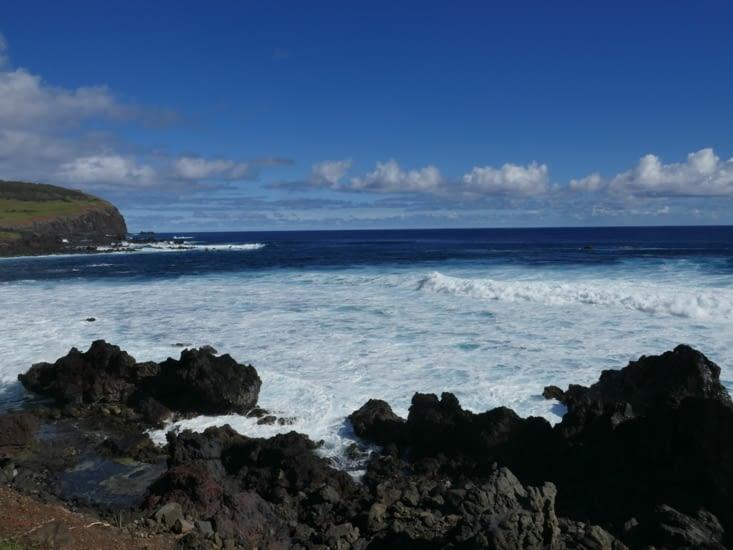 Une île entourée par l'océan Pacifique