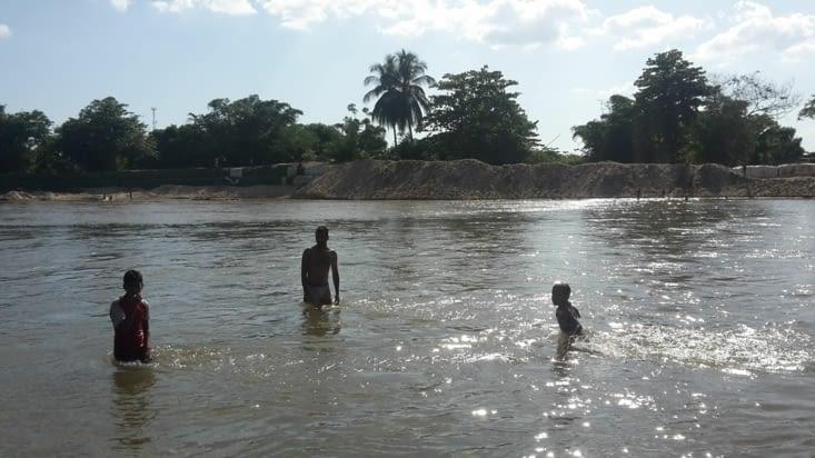 Baignade dans le fleuve avec les enfants de Fundacion