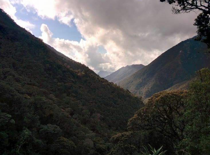 Le sommet de l'ascension, le soleil baisse dans la vallée