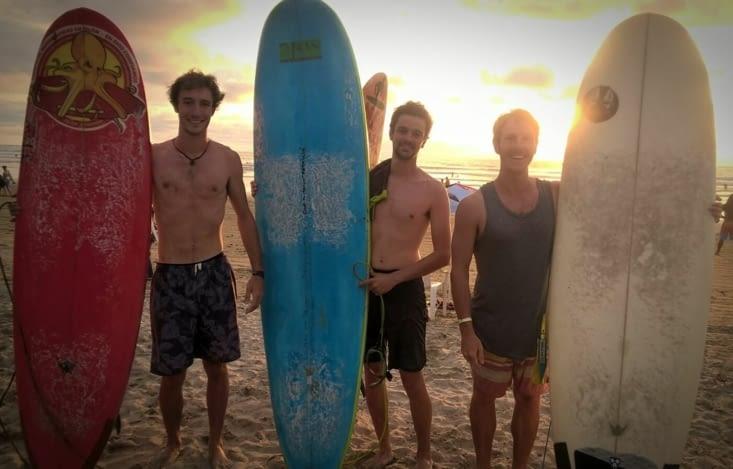 Session surf au coucher du soleil