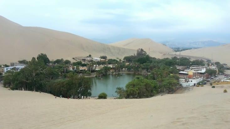 L'oasis dans les dunes de sable (Pérou)