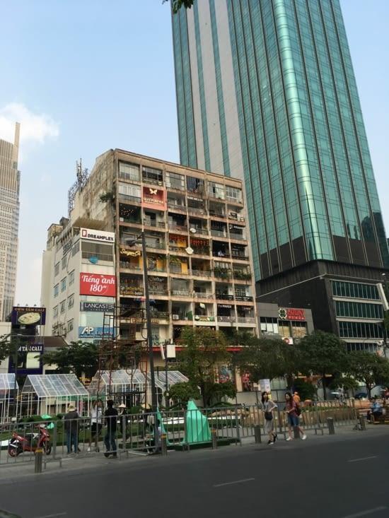 Immeuble dans la ville, chaque terrasse est un restaurant