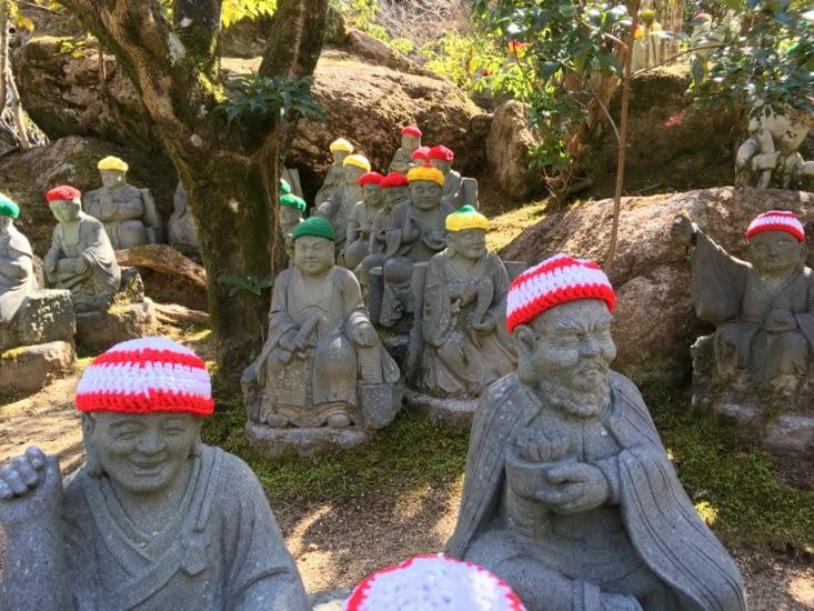 Les statues ici sont habillées pour le froid!