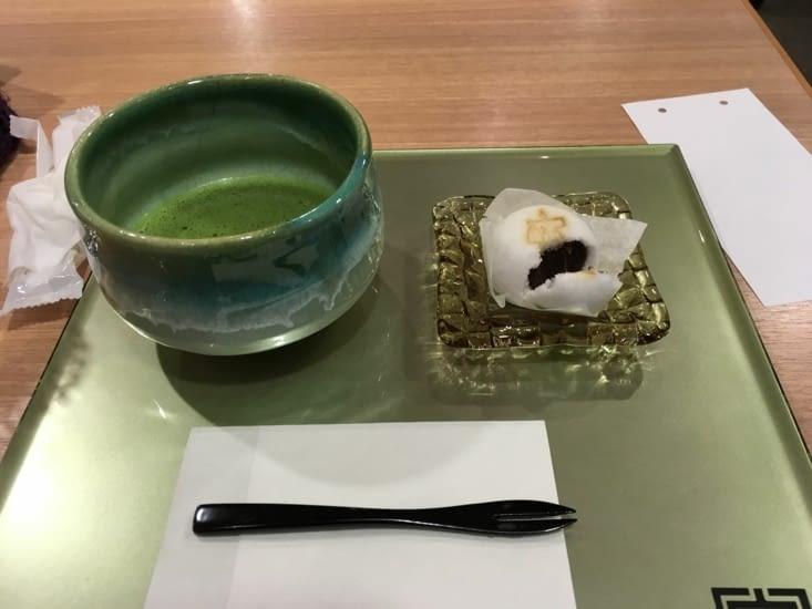 Après l'effort le réconfort ! Thé matcha et gâteau japonais.