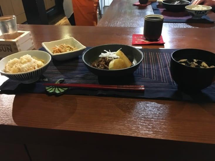 Plats principaux : bœuf au gingembre, soupe dashi, riz au bambou, coleslaw.