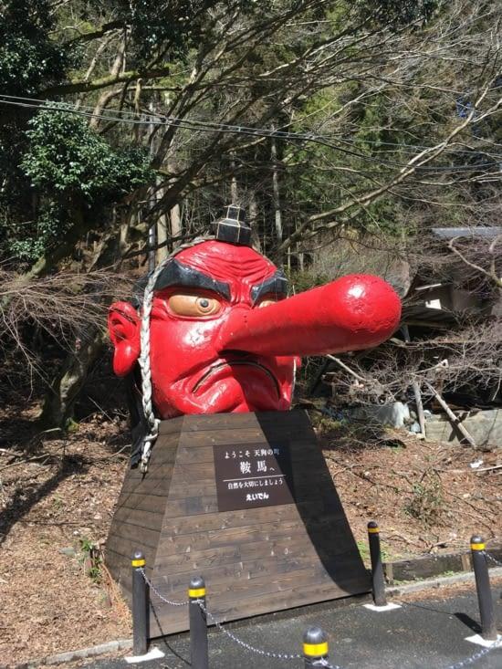 Statue à l'arrivee de la gare de Kurama