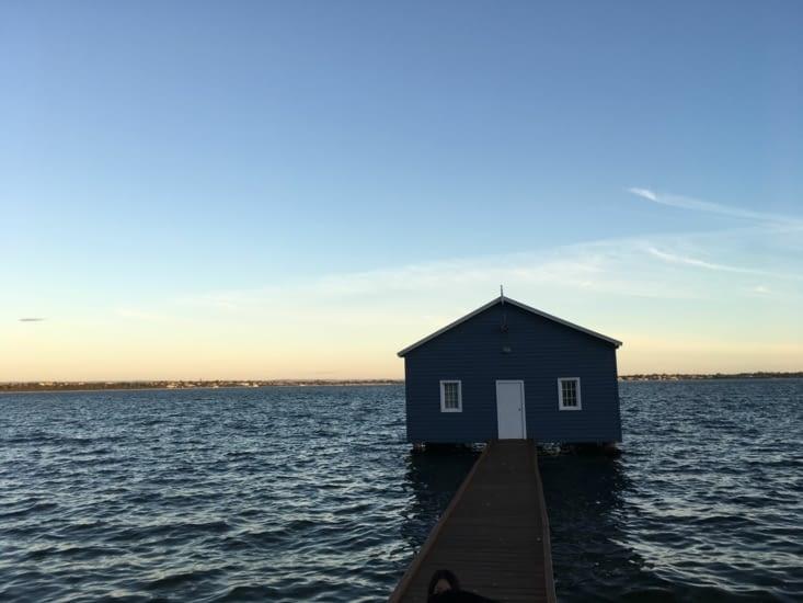 Couché de soleil et jolie vue sur la maison bleu